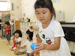 けん玉指導員資格を持つ園長が、けん玉を通して子どもたちの強い心を育みます。 集中力・忍耐力・あきらめない心・悔しさ、そして成功した時の喜び・自信。 幼児期に必要な事ばかりです。けん玉日本一園児も誕生させました。 title=けん玉日本一